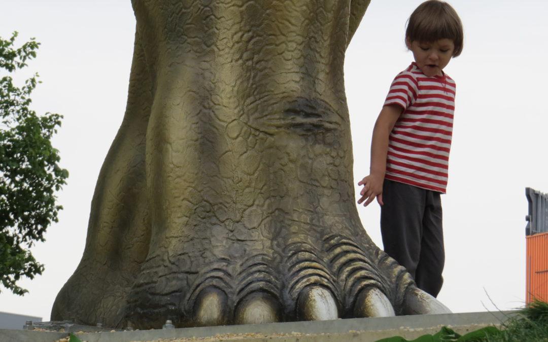 Park wrocławski – Lubin. Spacer z dzieckiem wśród dinozaurów za darmo.
